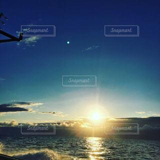 日の出を眺めて走る漁船の写真・画像素材[1838043]