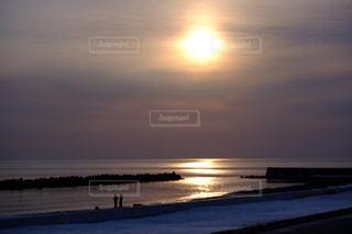 ビーチに昇る朝日の写真・画像素材[3094035]