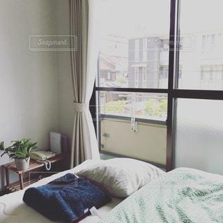 寝室、ベッドと窓の写真・画像素材[1836417]