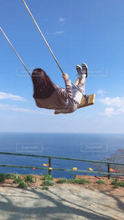 水の体の上に空気を通って飛んで人の写真・画像素材[1842512]