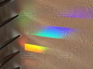 ブラインドと虹色の反射の写真・画像素材[1838112]