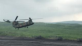 野原を飛ぶヘリコプターの写真・画像素材[2412191]