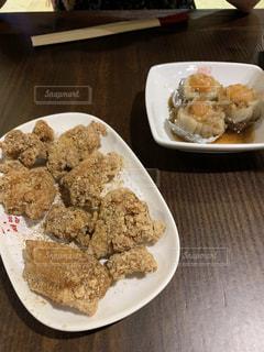 テーブルの上の食べ物の皿の写真・画像素材[2336381]