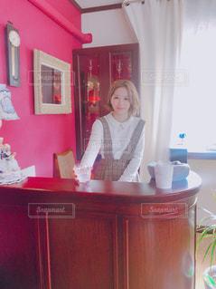 部屋で立っている女性の写真・画像素材[1842327]