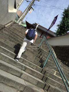 階段を登る男の子の写真・画像素材[1844136]
