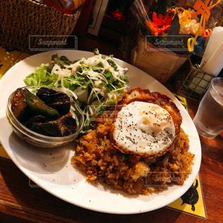 テーブルの上に食べ物のプレートの写真・画像素材[1851603]