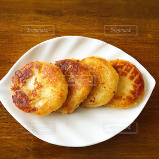 テーブルの上に食べ物のプレートの写真・画像素材[1855805]