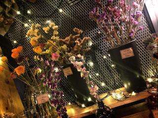 テーブルの上の花の花瓶の写真・画像素材[1856193]