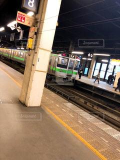 電車の駅で座っている人々 のグループの写真・画像素材[1930133]