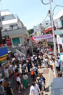 群衆の前の通りを歩いている人々のグループの写真・画像素材[2089262]