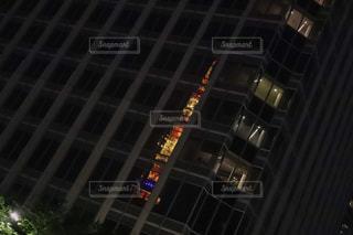 ビルの窓に反射する東京タワーの写真・画像素材[2148605]