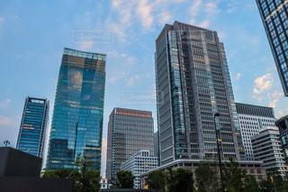 背景に高い建物がある都市の眺めの写真・画像素材[2174763]