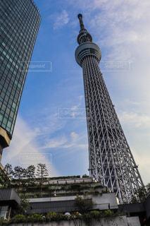 東京スカイツリーを背景にした空の背景を持つ大きな高層タワーの写真・画像素材[2174766]