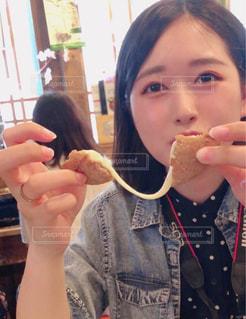 食べ物を食べている女の子の写真・画像素材[2177636]