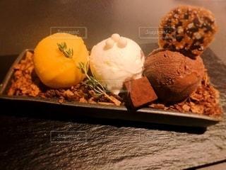 テーブルの上の食べ物の写真・画像素材[2343452]