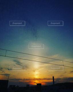 柱となって沈む夕日の写真・画像素材[2118060]