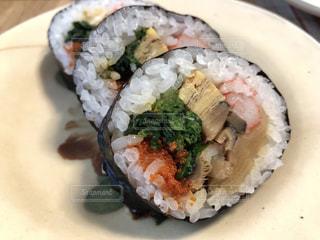 皿の上の巻き寿司の写真・画像素材[1847063]
