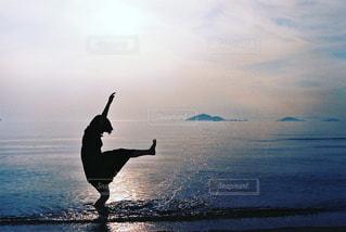 蹴り上げるシルエットの写真・画像素材[2089763]