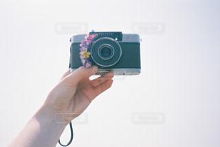 カメラを持っている手の写真・画像素材[2091035]