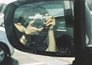 車のミラー越しの写真・画像素材[3588753]