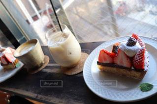 テーブルの上の皿にケーキのスライスの写真・画像素材[1842825]