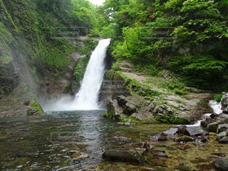 水の体の上の大きな滝の写真・画像素材[1843730]