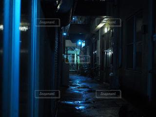 夜の路地裏の写真・画像素材[1843804]