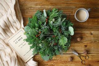 テーブルの上のクリスマスリースの写真・画像素材[1845068]