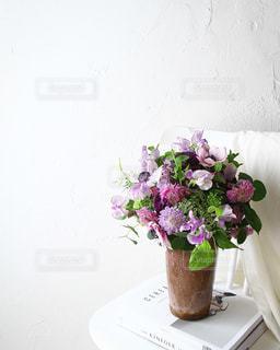 紫色の花一杯の花瓶の写真・画像素材[1845096]