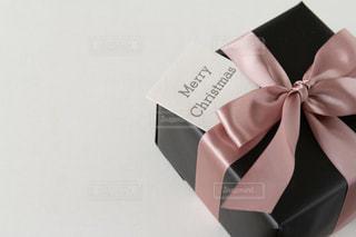 クリスマスギフト。カード添えの写真・画像素材[2779661]