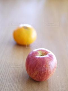 木製のまな板の上に座っている赤いりんごの写真・画像素材[1849655]