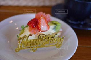 テーブルの上に食べ物のプレートの写真・画像素材[1850030]