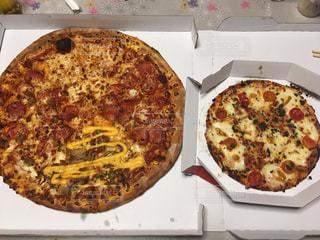ピザが箱の中で、サイズ比べの写真・画像素材[1866079]