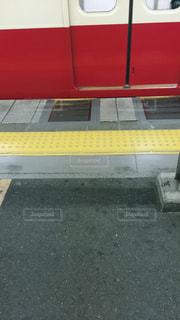 電車を待っている時、点字ブロックの上を歩いてる人が多く、それを見ていたけど…点字ブロックの意味、もう一度、考えさせられました^_^の写真・画像素材[2224077]
