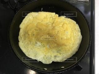 フライパンの中の卵焼きの途中の写真・画像素材[2626517]