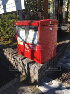 石の上の郵便ポストの写真・画像素材[2912223]
