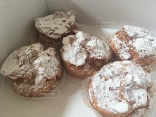 山塩のシュークリームで満たされた箱の写真・画像素材[3002876]