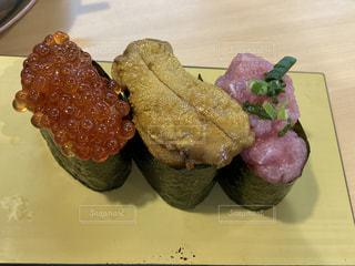 お寿司の皿をテーブルの上に置くの写真・画像素材[3210805]