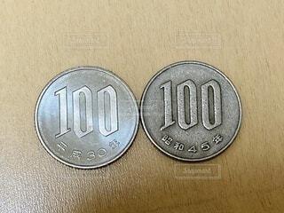 昭和と平成の百円玉の写真・画像素材[3621323]