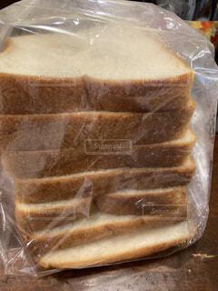 テーブルの上の食パンの写真・画像素材[3710786]