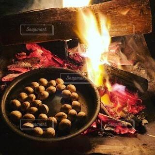 炭火で焼く銀杏の写真・画像素材[3822935]