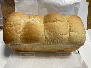焼きたての山型パンの写真・画像素材[3829756]