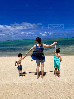 砂浜の上に立つ人々 のグループの写真・画像素材[1847902]