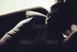 ソファに座る人の写真・画像素材[1847579]
