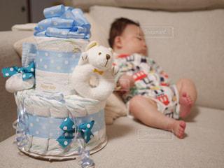 ベッドの上に座っている赤ちゃんの写真・画像素材[1847627]