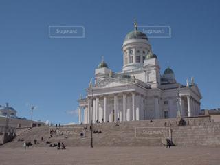青空と白いヘルシンキ大聖堂の写真・画像素材[1850304]