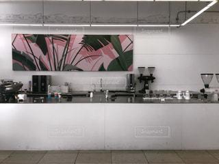 白いキャビネットを備えたキッチンの写真・画像素材[1850542]