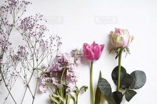 テーブルの上に花瓶の花の花束の写真・画像素材[1850768]