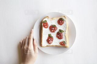 皿の上のケーキの一部の写真・画像素材[1850892]