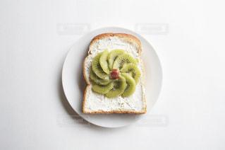 皿の上のケーキの一部の写真・画像素材[1850899]